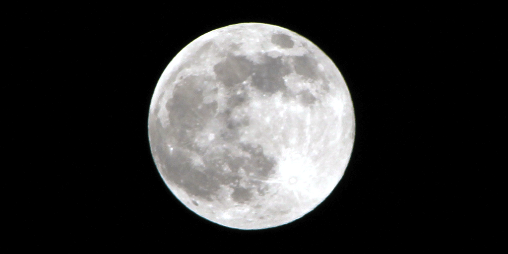 """""""Pink"""" Supermoon Over Pottsville – It's Not Pink at All"""